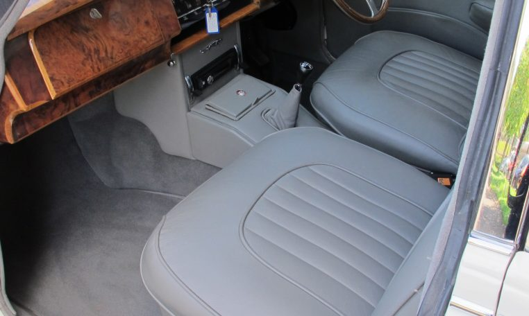 1960 JAGUAR MARK II - FRONT SEATS